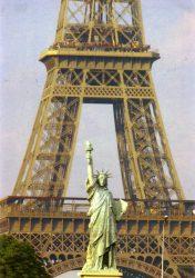 Paris – La Tour Eiffel et la statue de la Liberté, réduction de l'œuvre de Bartholdi à New York