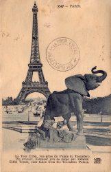 Paris – La Tour Eiffel vue prise du Palais du Trocadéro – Éléphant pris au piège par Frémiet