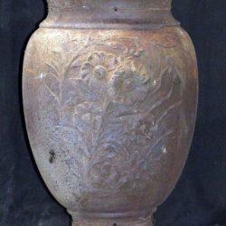 Vue d'un des vases décoratifs (avec col).